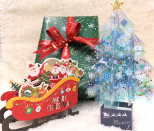 プレゼントと一緒にクリスマスカード。ステキなクリスマスを…